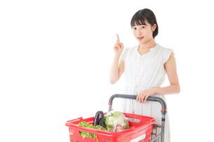 スーパーでポイントを指差す若い女性の写真素材 [FYI04720375]