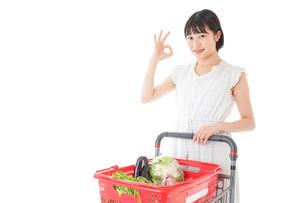 スーパーでOKサインをする若い女性の写真素材 [FYI04720377]