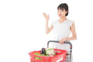 スーパーでポイントを指差す若い女性の写真素材 [FYI04720379]