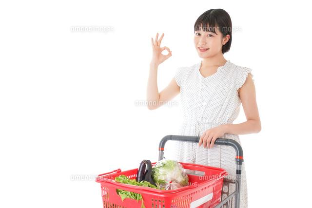 スーパーでOKサインをする若い女性の写真素材 [FYI04720382]