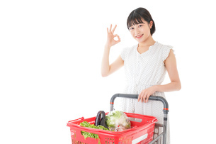 スーパーでOKサインをする若い女性の写真素材 [FYI04720385]