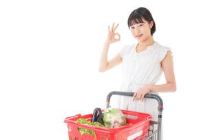 スーパーでOKサインをする若い女性の写真素材 [FYI04720386]