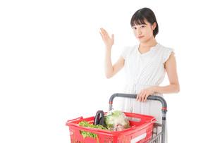 スーパーでポイントを指差す若い女性の写真素材 [FYI04720388]
