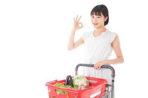 スーパーでOKサインをする若い女性の写真素材 [FYI04720389]