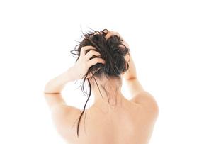 シャンプーをする若い女性の写真素材 [FYI04720390]