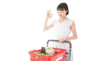 スーパーでOKサインをする若い女性の写真素材 [FYI04720391]