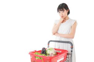 スーパーで考える若い女性の写真素材 [FYI04720395]