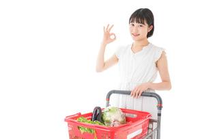 スーパーでOKサインをする若い女性の写真素材 [FYI04720396]