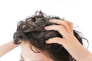 シャンプーをする若い女性の写真素材 [FYI04720403]