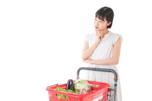 スーパーで考える若い女性の写真素材 [FYI04720404]