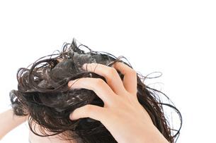 シャンプーをする若い女性の写真素材 [FYI04720406]