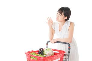 スーパー買い物をする若い女性の写真素材 [FYI04720409]