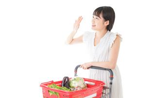 スーパー買い物をする若い女性の写真素材 [FYI04720411]