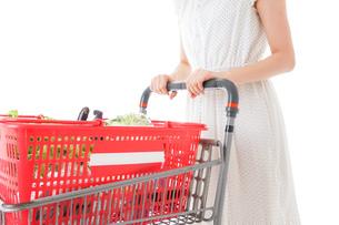 スーパー買い物をする若い女性の写真素材 [FYI04720420]