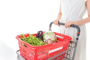 スーパー買い物をする若い女性の写真素材 [FYI04720425]