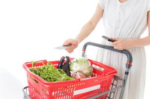 スーパーでキャッシュレス決済をする若い女性の写真素材 [FYI04720430]