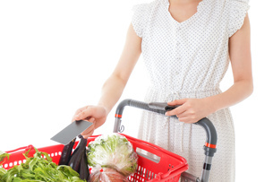 スーパーでキャッシュレス決済をする若い女性の写真素材 [FYI04720439]