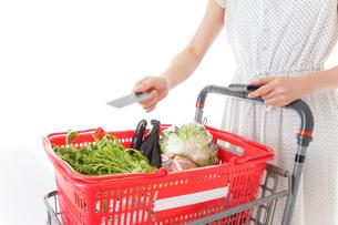 スーパーでキャッシュレス決済をする若い女性の写真素材 [FYI04720442]