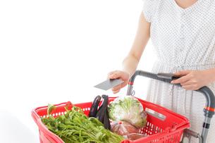 スーパーでキャッシュレス決済をする若い女性の写真素材 [FYI04720443]