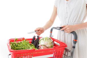 スーパーでキャッシュレス決済をする若い女性の写真素材 [FYI04720446]