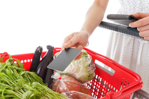 スーパーでキャッシュレス決済をする若い女性の写真素材 [FYI04720451]