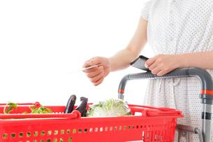 スーパーでキャッシュレス決済をする若い女性の写真素材 [FYI04720452]