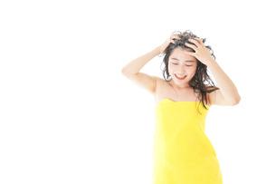 シャンプーをする若い女性の写真素材 [FYI04720460]