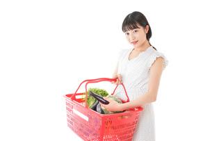 スーパー買い物をする若い女性の写真素材 [FYI04720463]