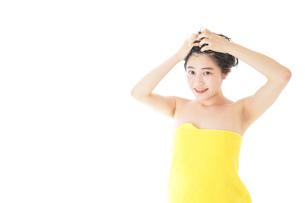 シャンプーをする若い女性の写真素材 [FYI04720464]