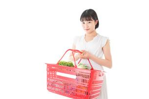 スーパー買い物をする若い女性の写真素材 [FYI04720465]