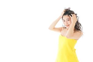 シャンプーをする若い女性の写真素材 [FYI04720467]