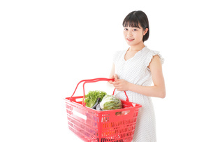 スーパー買い物をする若い女性の写真素材 [FYI04720468]