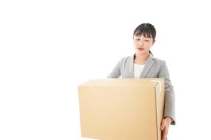 荷物を運ぶ若いビジネスウーマンの写真素材 [FYI04720484]