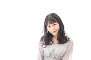 笑顔の若い女性ポートレートの写真素材 [FYI04720486]
