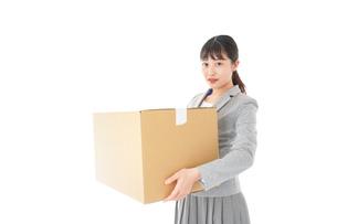 荷物を運ぶ若いビジネスウーマンの写真素材 [FYI04720489]