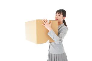 荷物を運ぶ若いビジネスウーマンの写真素材 [FYI04720492]