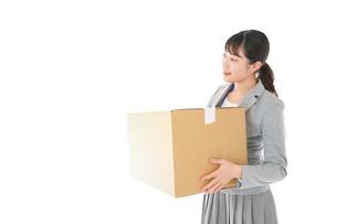 荷物を運ぶ若いビジネスウーマンの写真素材 [FYI04720494]