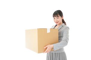 荷物を運ぶ若いビジネスウーマンの写真素材 [FYI04720498]