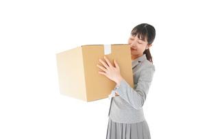 荷物を運ぶ若いビジネスウーマンの写真素材 [FYI04720500]