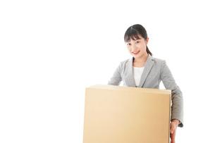 荷物を運ぶ若いビジネスウーマンの写真素材 [FYI04720507]