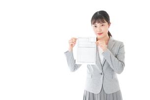 履歴書を持つ若いビジネスウーマンの写真素材 [FYI04720516]