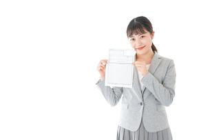 履歴書を持つ若いビジネスウーマンの写真素材 [FYI04720517]