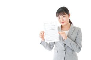 履歴書を持つ若いビジネスウーマンの写真素材 [FYI04720518]