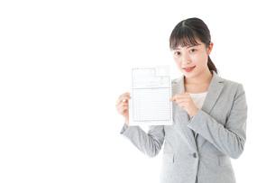 履歴書を持つ若いビジネスウーマンの写真素材 [FYI04720519]