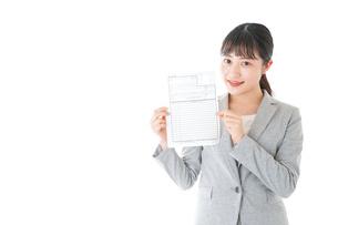履歴書を持つ若いビジネスウーマンの写真素材 [FYI04720520]