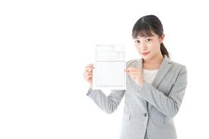 履歴書を持つ若いビジネスウーマンの写真素材 [FYI04720521]