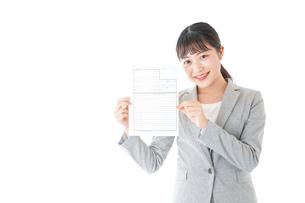 履歴書を持つ若いビジネスウーマンの写真素材 [FYI04720522]