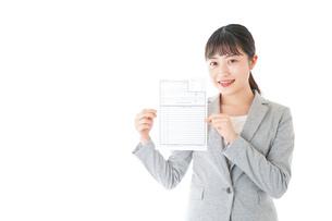 履歴書を持つ若いビジネスウーマンの写真素材 [FYI04720523]