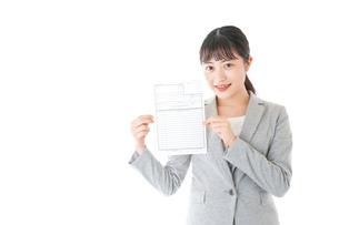 履歴書を持つ若いビジネスウーマンの写真素材 [FYI04720524]