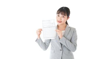 履歴書を持つ若いビジネスウーマンの写真素材 [FYI04720525]